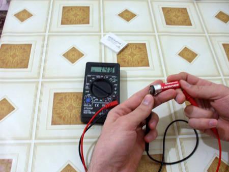 multimetru masurat voltaj acumulator