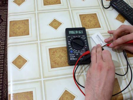 multimetru masurat voltaj baterie telefon