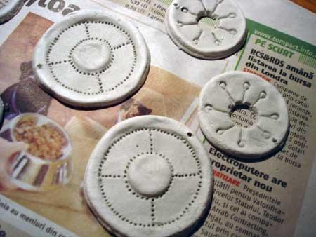 formei simple de cercei decorate cu intepaturi de ac